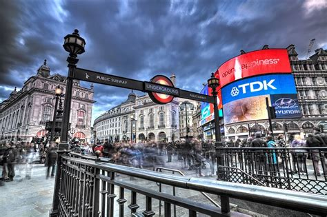 MUST SEE : You can't miss Piccadilly Circus , the heart of